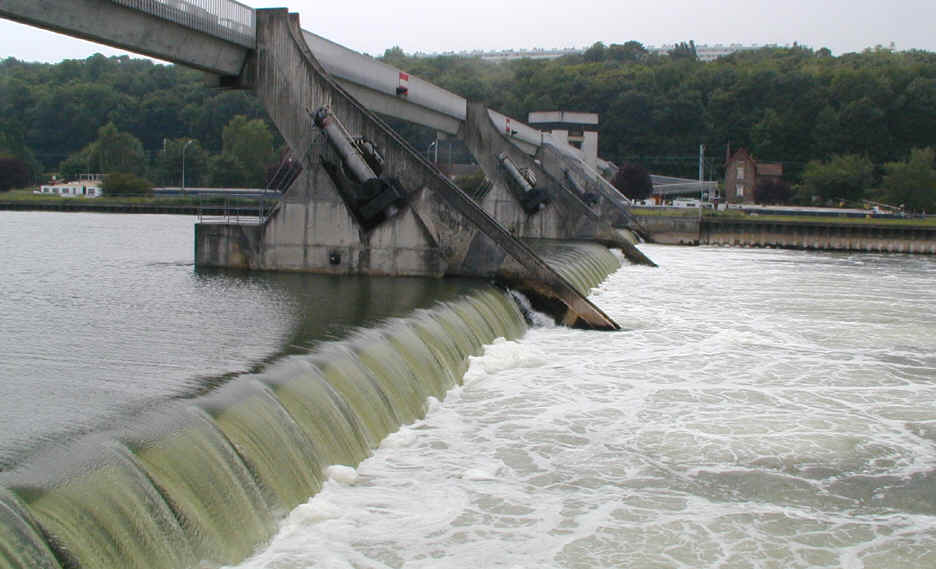 le barrage, chute, remous et tourbillons              photo B. K.